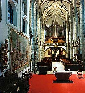 Kostel sv. Víta v Českém Krumlově, pohled z presbytáře do hlavní lodi