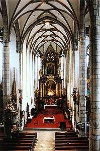 Kostel sv. Víta v Českém Krumlově, pohled do hlavní lodi a na hlavní oltář