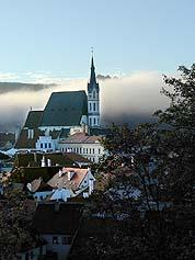 Stadt Český Krumlov, Kirche St. Veit im Morgennebel