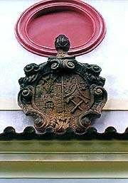Kaple na Křížové hoře v Českém Krumlově, znak města a horníků nad portálem