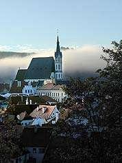 Město Český Krumlov, kostel sv. Víta v ranním oparu